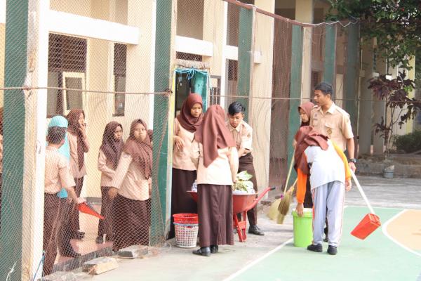 Jumat Bersih, Guru dan Siswa Bersihkan Lingkungan Sekolah
